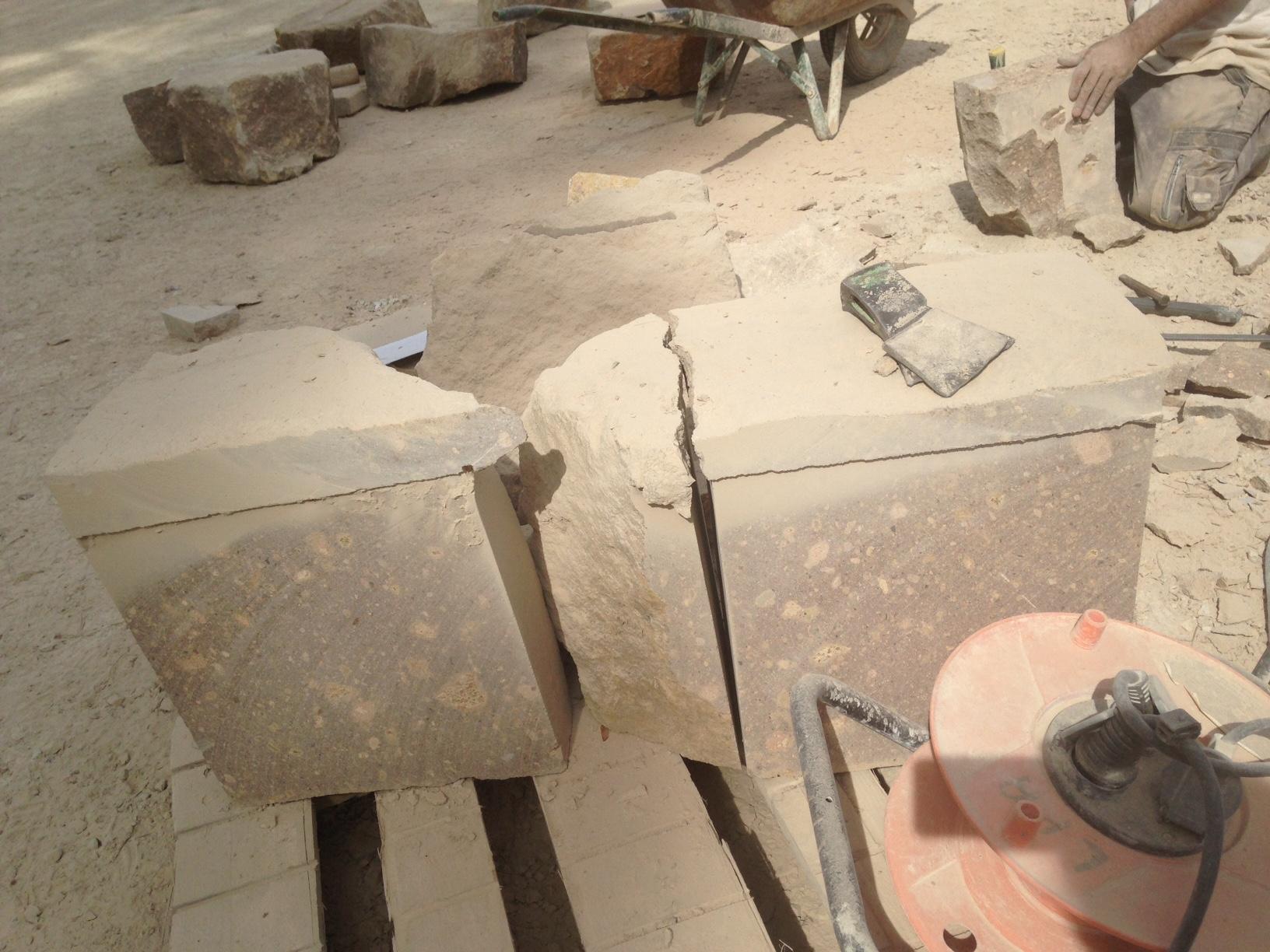 Extraction et découpe des blocs de pierre de l