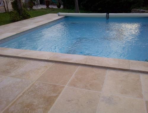 Réalisation d'une margelle de piscine en travertin