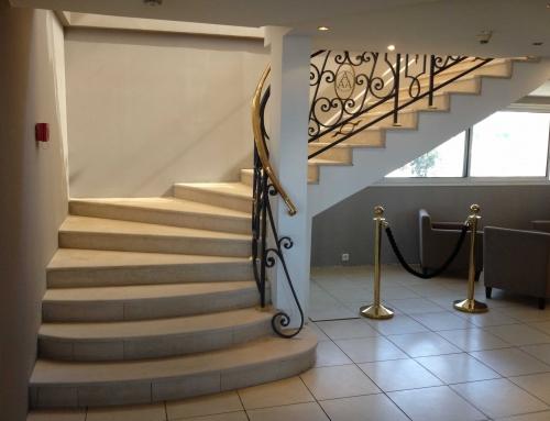 Réalisation d'un escalier en pierre Crema Champagne