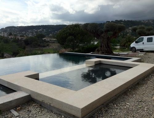 Réalisation de margelles de piscine en pierres massives de Solénie beiges