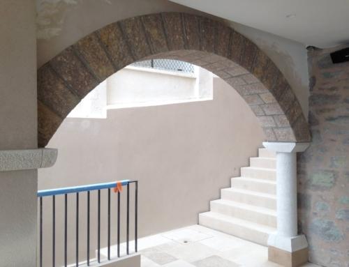 Réalisation d'arches en pierres massives de l'Estérel