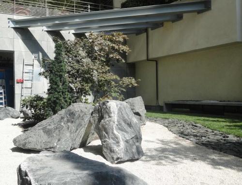 Réalisation d'un jardin zen en blocs de marbre noir des Dolomites