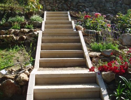 Réalisation d'un escalier de jardin en pierre Atlantic beige