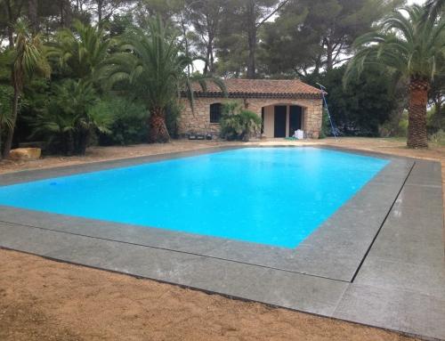 Réalisation d'une double margelle de piscine avec bord miroir