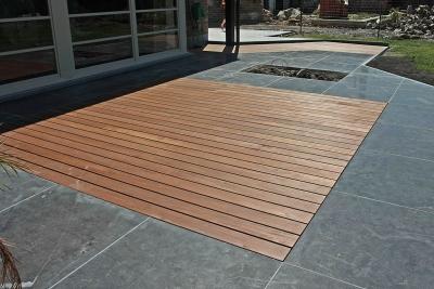 tapis bois sur terrasse en pierre bleue