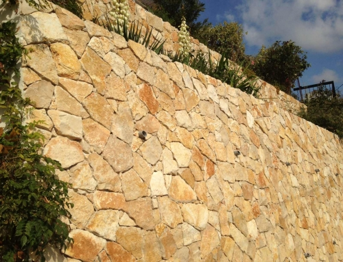 Réalisations d'habillages de mur en parement jaune de Provence