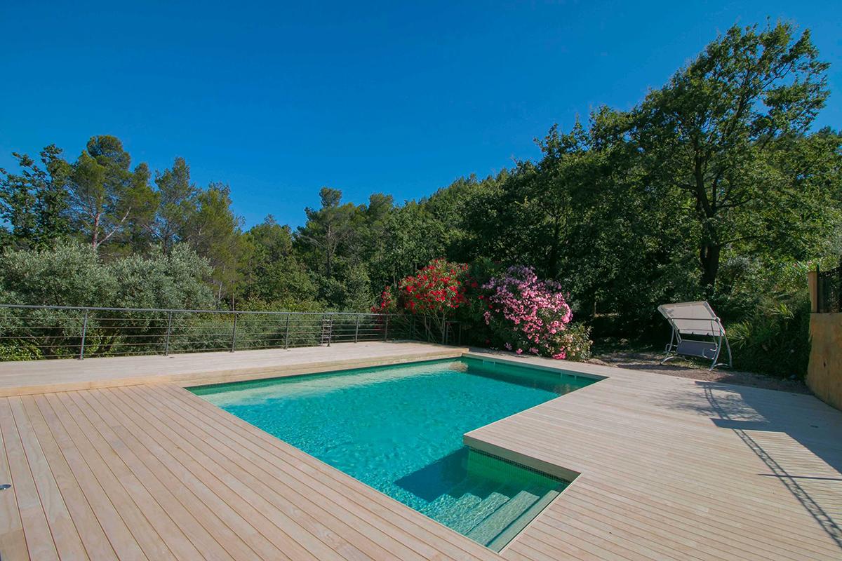 belle piscine avec terrasse en accoya