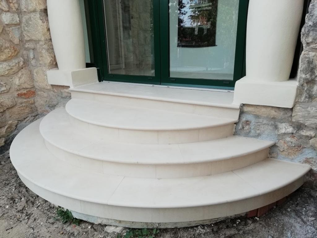 escaliers circulaires en pierre type  crema Champagne