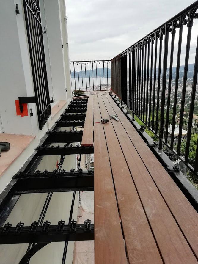 Pose De Platelage Bois Sur Balcon Filant A Structure Métallique